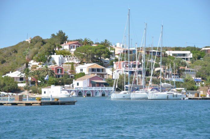 Blick vom Wasser auf Mahon, Menorca
