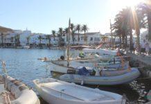 Der Fischerhafen in Fornells mit schöner Uferpromenade und vielen Restaurants und Bars