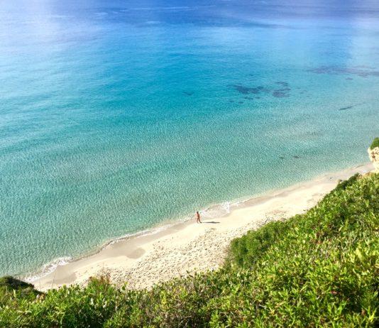 Blick von oben auf den Strand von Cala Escorxada, Menorca
