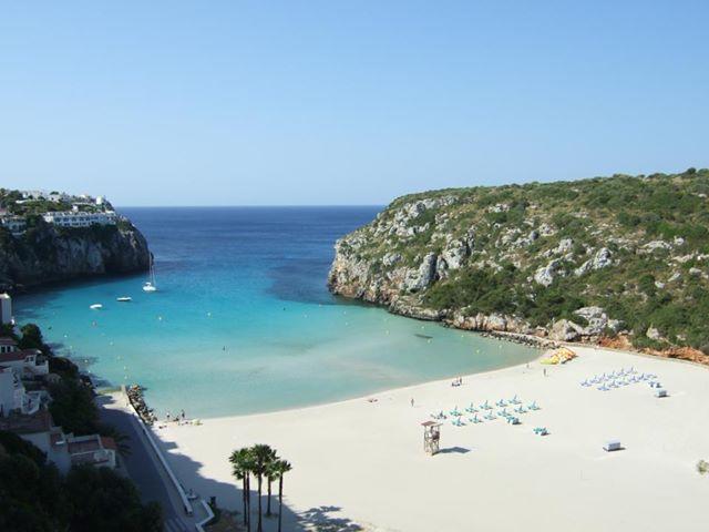 Blick von oben auf den Strand von Calan Porter, Menorca