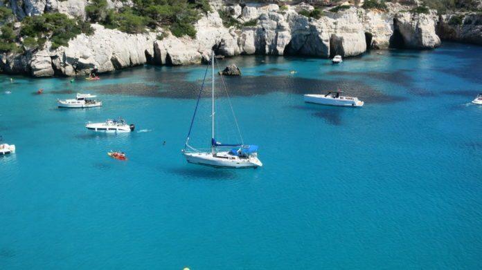 Boote in der Bucht Cala Macarella, Menorca