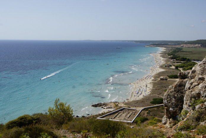 Panorama vom Strand und Klippen in Son Bou, Menorca