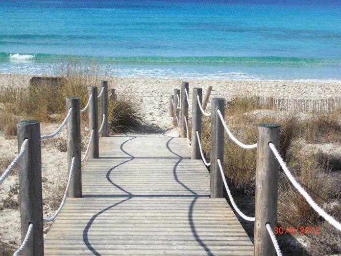 Steg zum Strand Playa de Son Bou, Menorca