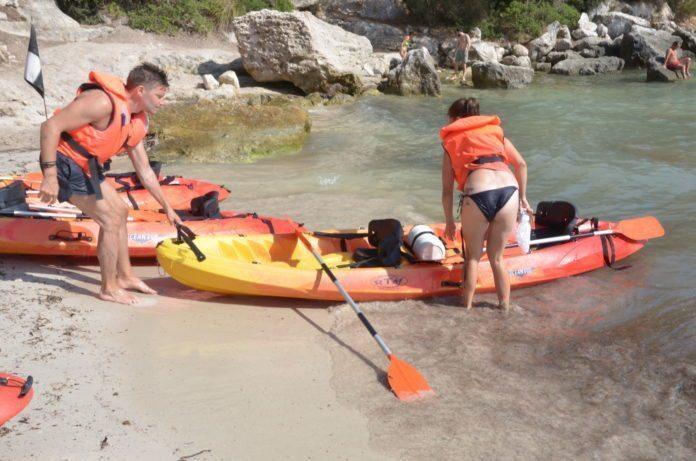 Kajak Verleih am Strand von Cala Macarella
