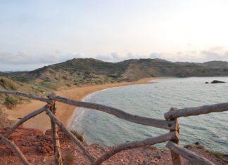 Blick von oben auf den Strand Platja de Cavalleria, Menorca